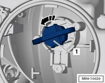 Извлекаем лампу ближнего света на VW Jetta по направлению стрелки